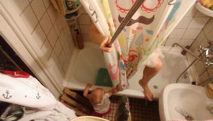 Женщина с помощью селфи-монопода запечатлела, что это такое — быть мамой