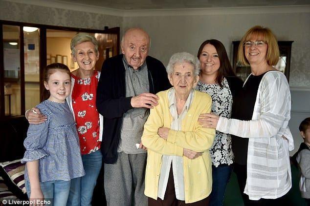 Мама навсегда: 98-летняя старушка переехала, чтобы ухаживать за 80-летним сыном