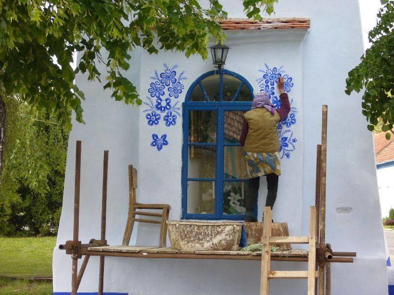 90-летняя бабушка превращает маленькую деревню в свою собственную художественную галерею, рисуя цветы на всех домах