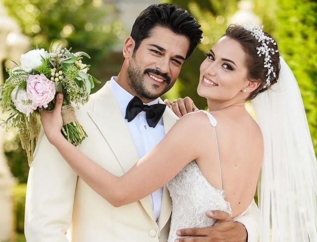 Самый красивый турецкий актер Бурак Озчивит и его красавица жена поделились фото с подросшим сыном
